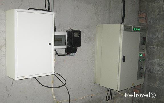 система энергоснабжения и управления погружным насосом расположена в здании